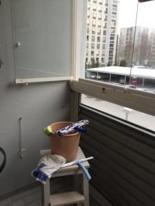 Parvekelasien pesu tekee ihmeitä talven jälkeen.